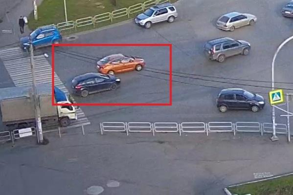 Оранжевый Hyundai Solaris и синий Ford Focus притёрлись боками, но перекрёсток этому способствовал
