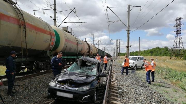 Грузовой поезд снес «Ладу» под Камышином, водитель погиб на месте ДТП