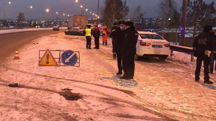 На Челябинском тракте погибла девушка-водитель, въехавшая в фуру на обочине