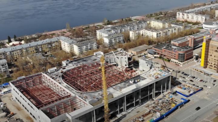 «Маловат для такого города»: блогер снял монтаж ферм над будущей ледовой ареной в Самаре