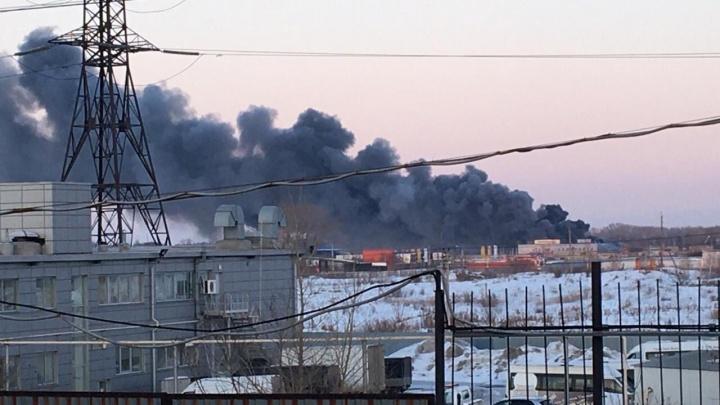 Под Челябинском возле магазина Metro вспыхнул крупный пожар