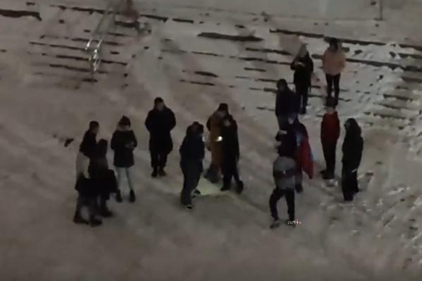 За дракой наблюдали 12 человек