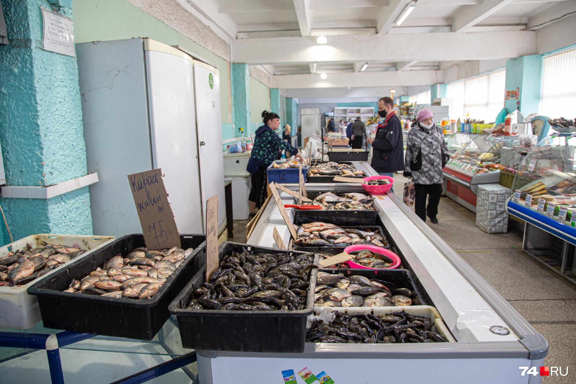 В рыбном отделе продавец тоже без маски