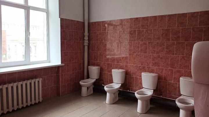Когда нечего скрывать: в архитектурной академии сделали туалет без перегородок