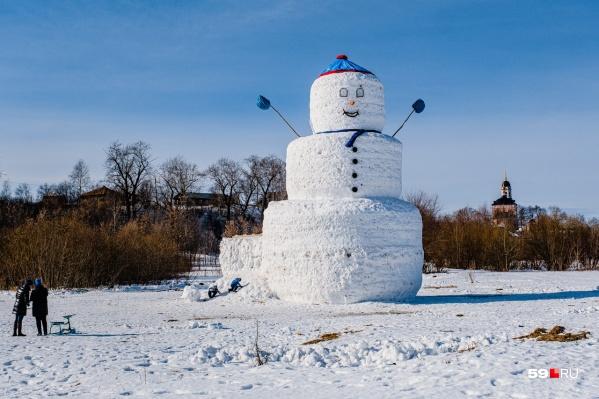 У снеговика есть ступенька — по ней можно карабкаться на скульптуру