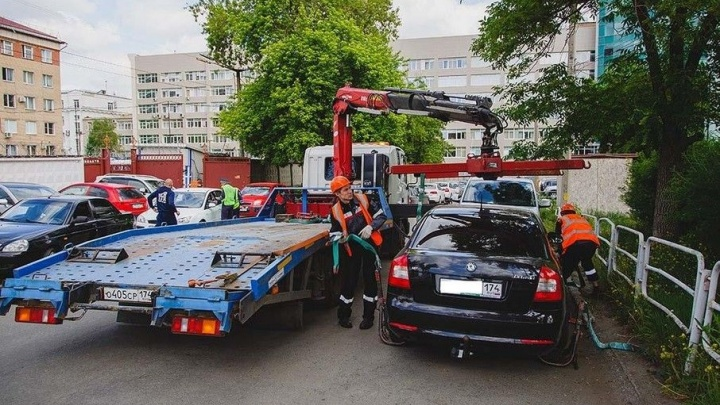 «У эвакуаторщиков кризис жанра?»: жителей спальных районов Челябинска возмутила работа ГИБДД во дворах