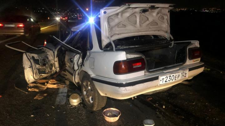 Машина налетела на погрузчик под Красноярском, три человека погибли
