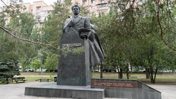 «Раньше это напоминало развалины дома»: в центре Волгограда разбитый памятник Василию Чуйкову укрыли гранитом