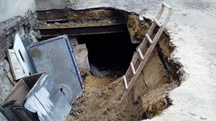 Не выдержала крыша подвала: в мэрии назвали причины провала грунта в Тракторозаводском районе
