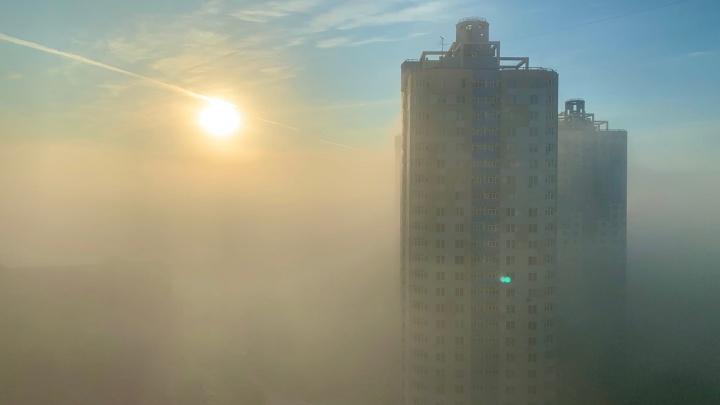 «Как будто город погрузился в облако»: пермяки делятся в соцсетях фотографиями густого тумана