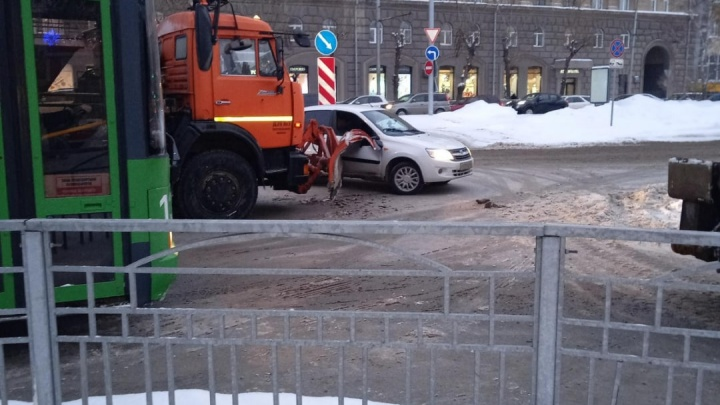 «Лада» столкнулась со снегоуборочной машиной на Красном проспекте — собралась пробка