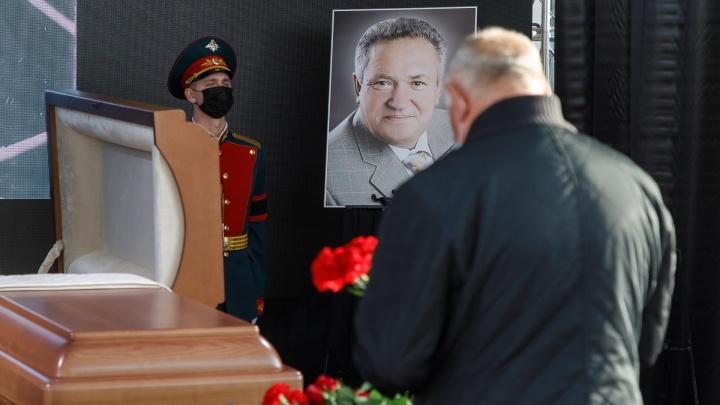 «Был своим Кириллычем»: в Волгограде похоронили последнего избранного губернатора