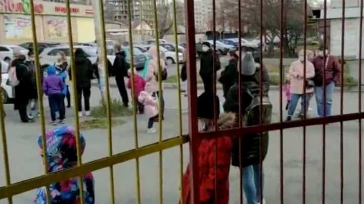 «Сейчас все перезаражаемся»: на Эльмаше выстроилась огромная очередь из контактных по COVID детей