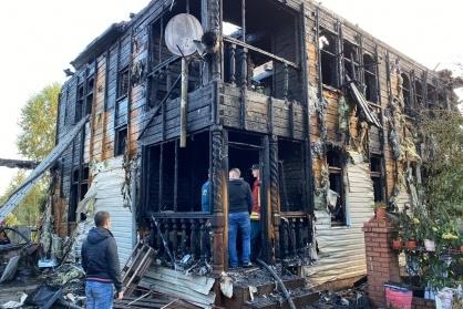 """Пожар начался в <nobr class=""""_"""">5 утра</nobr> — деревянный дом вспыхнул в считанные минуты"""