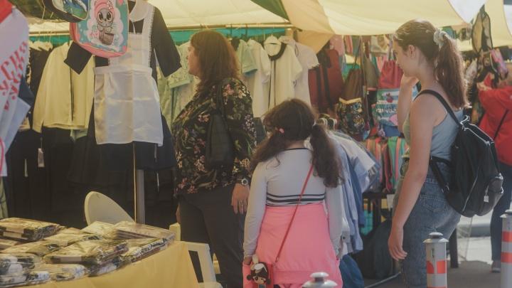 Толпы новосибирцев оккупировали магазины одежды перед 1 Сентября — там самые низкие цены и ненатуральные ткани