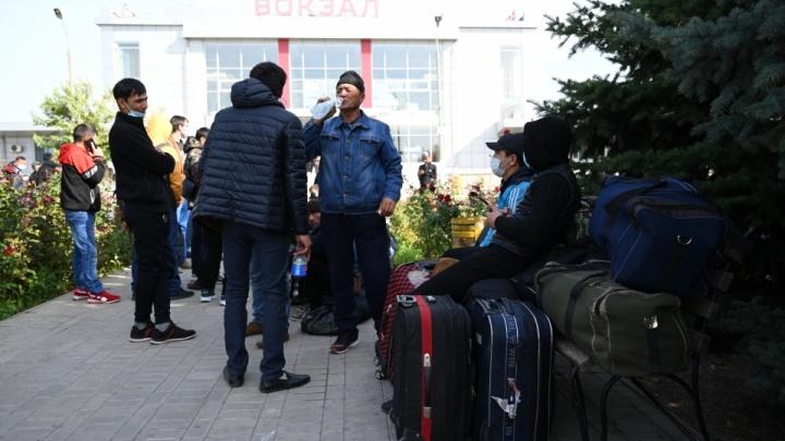 «Люди приезжают буквально каждый час»: сотни граждан Узбекистана едут в Волжский со всей России
