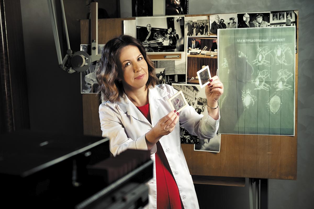 Руководитель центра лучевой диагностики, кандидат медицинских наук&nbsp;Татьяна Берген с диапроектором «Пеленг-500 К»<br>