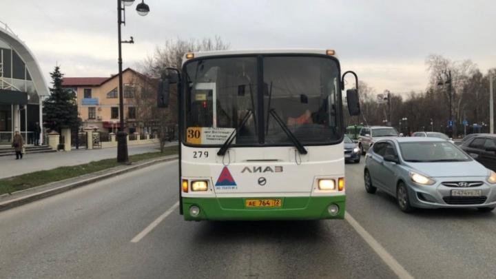 Непохожа: тюменскую школьницу высадили из автобуса из-за старой фотографии в транспортной карте