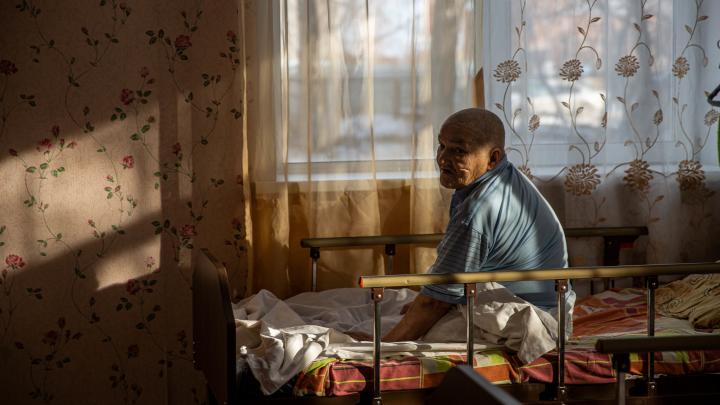 Дом бездомных: НГС побывал в страшном месте — там живут люди без надежды на будущее (когда-то у них было всё)