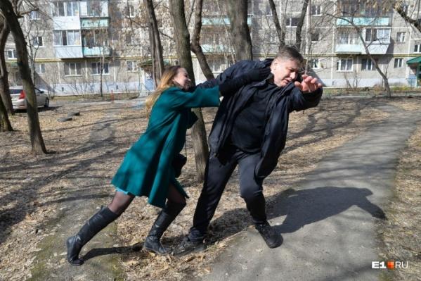 С некоторыми приемами самообороны справится даже хрупкая девушка