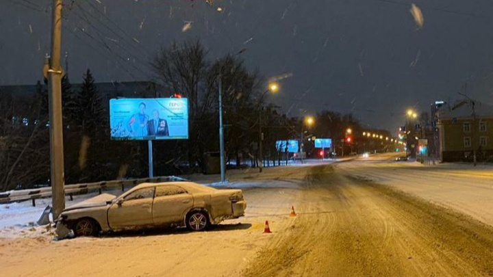 Новосибирец на Toyota Chaser врезался в фонарь на улице Сибиряков-Гвардейцев