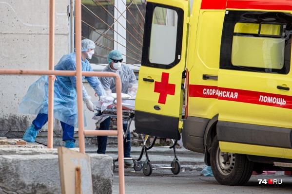 Перед тем как пациента привезти в больницу, машины скорой стоят с ним во дворе дома. Ожидание места в ковидном госпитале может достигать нескольких часов
