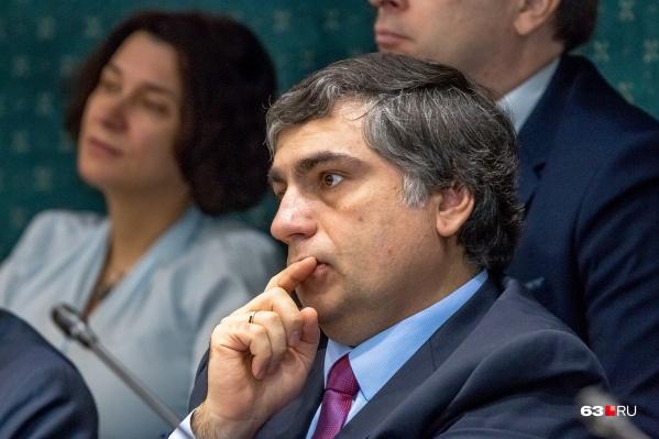 Виктор Акопьян успокоил педагогов, учеников и их родителей