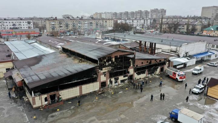 «Здесь ущерба на сотни тысяч»: в Волгограде выгорела дотла часть Титовского рынка, создан оперштаб