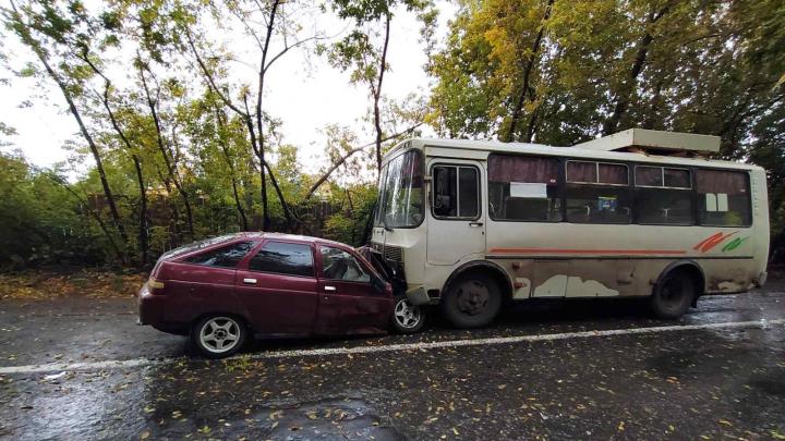 В Кургане молодой водитель без прав устроил ДТП с ПАЗом