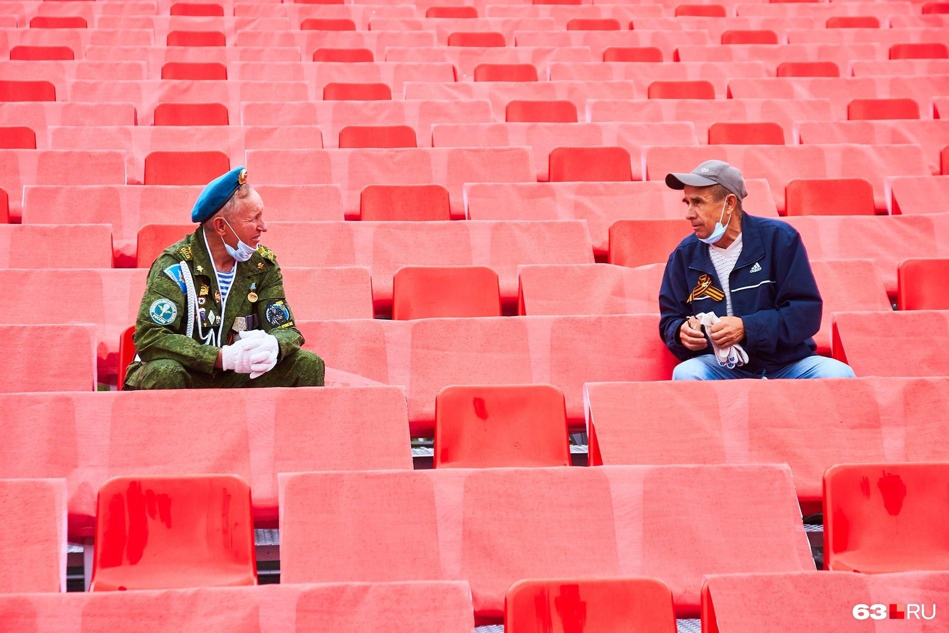 В Самаре немногочисленные участники парада соблюдали дистанцию в полтора кресла