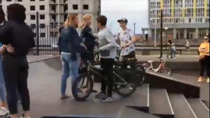 В Стерлитамаке женщины не поделили детскую площадку с подростками, конфликт попал на видео
