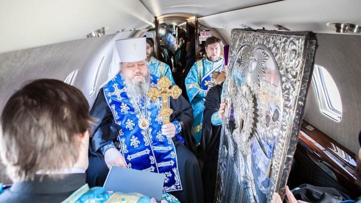Как священники Архангельской области летают на самолете для борьбы с коронавирусом: видео