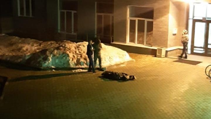 В районе УНЦ насмерть разбилась девушка, выпавшая из окна многоэтажки