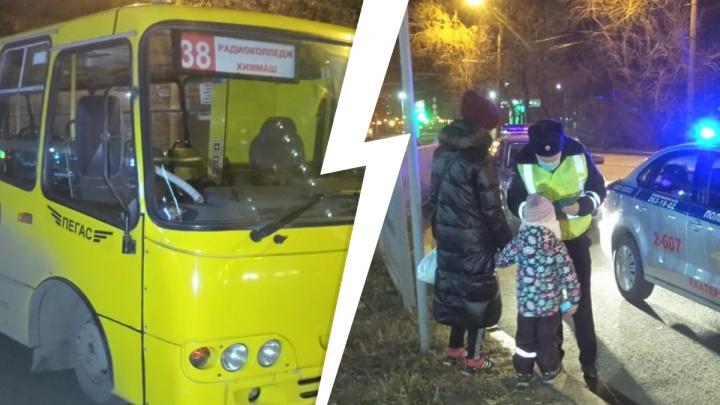 Закрыл двери и поехал: в Екатеринбурге автобус сломал ногу женщине с ребенком и 20 метров тащил ее по асфальту