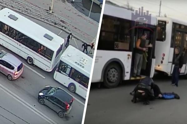 Автобус во время того, как мужчины пытались войти в него, стоял во второй полосе на дороге