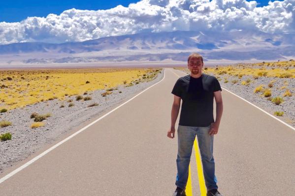 Сибиряк переехал в Буэнос-Айрес и стал зарабатывать на туристах. Здесь он стоит на однойиз самых красивых трасс в аргентинских Андах — где-то между провинциями Хухуй и Катамарка<br>