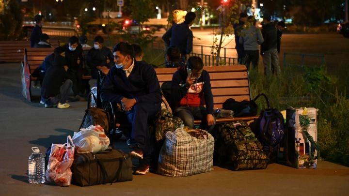 «Их будут тысячи»: застрявших в России граждан Узбекистана массово свозят на вокзал под Волгоградом
