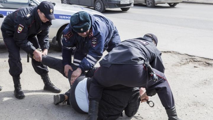 «Не вызывай полицию, и я уйду»: в Волгограде задержали налетчика на павильон экспресс-кредитов
