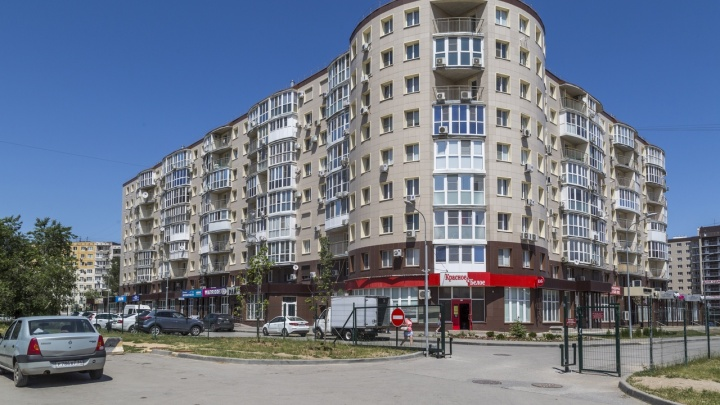 Снести или закрыть: в Волгограде забор вокруг многоэтажки привёл к войне владельцев квартир и магазинов