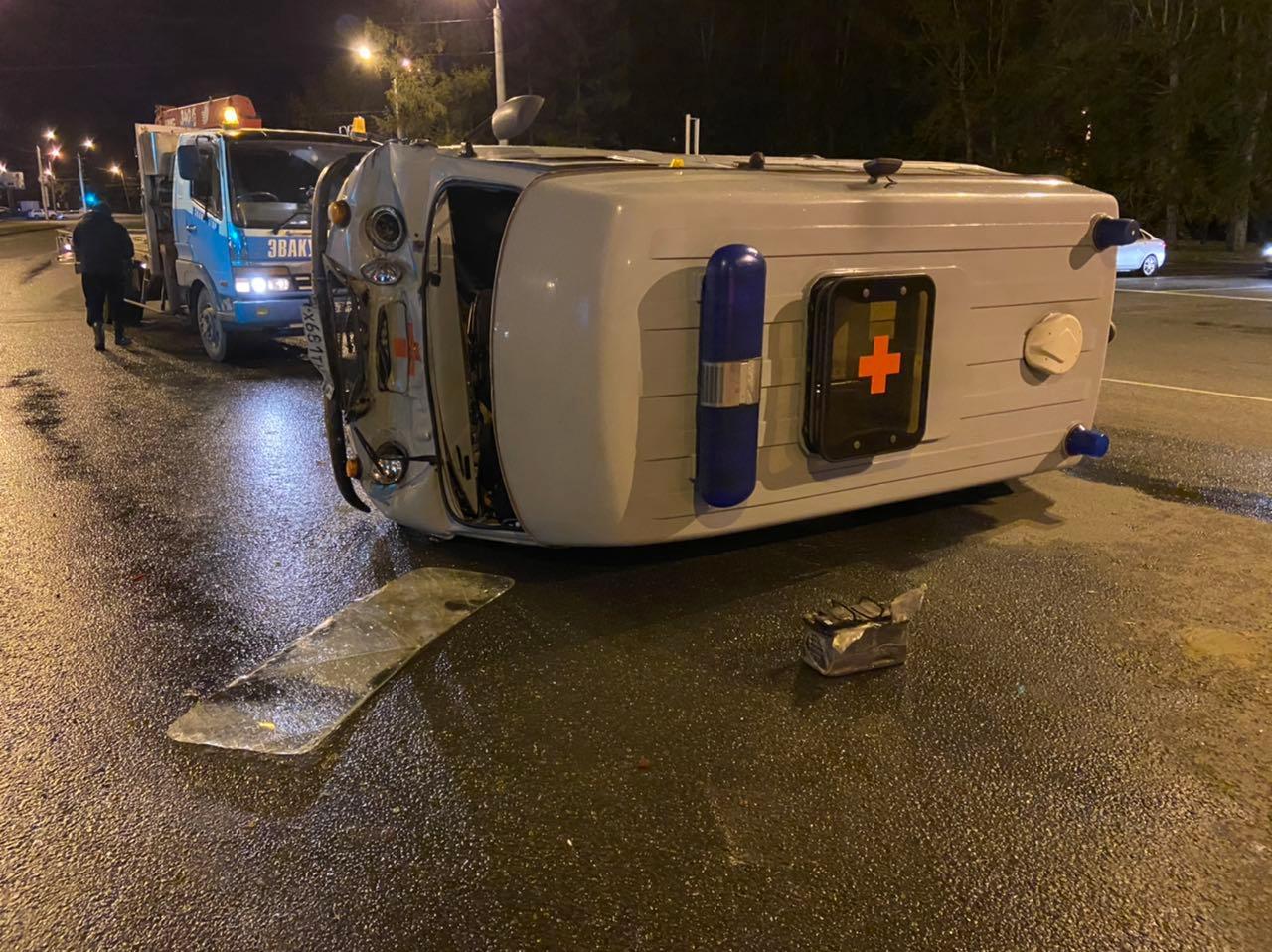 Водитель машины скорой помощи и фельдшер получили ушибы, пациентка не пострадала
