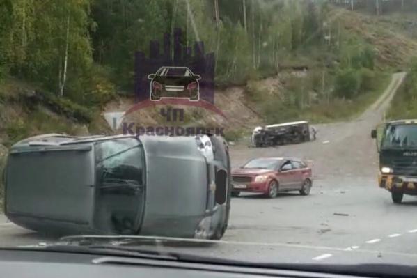 Один из автомобилей после столкновения оказался на аварийном съезде