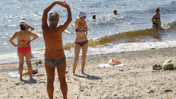 Чистят дно и ставят зонтики: в Волгограде готовят к открытию пляж на Сарпинском