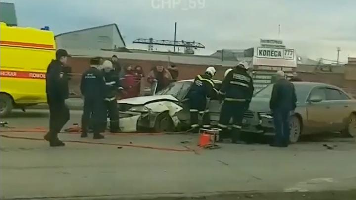 На шоссе Космонавтов в Перми столкнулись три автомобиля: пострадала женщина-водитель