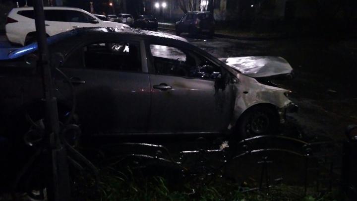 Ночью в центре Архангельска горела иномарка