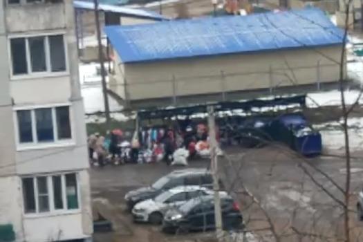 «Народ набивает мешки»: ярославец снял, как люди сбежались к помойке забрать выброшенные вещи