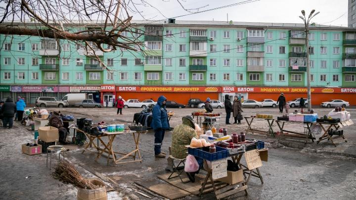 Место снесенного рынка на Матросова заняли хаотичные лоточники