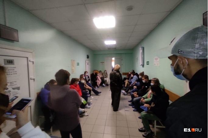 В поликлиниках уральских больниц — очереди
