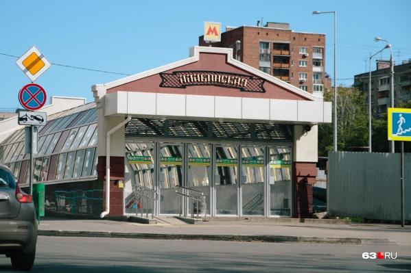 Станцию открыли для пассажиров в 2015 году, но строительные работы до сих пор полностью не завершены