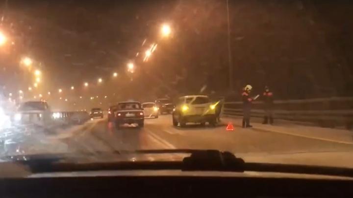 Любители летней резины: из-за снегопада на Борском мосту произошло сразу шесть аварий