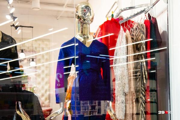 Уже сейчас в магазинах Архангельска практически на всех витринах — новогодние коллекции. Какой наряд выберете вы? Опишите в комментариях свои предпочтения